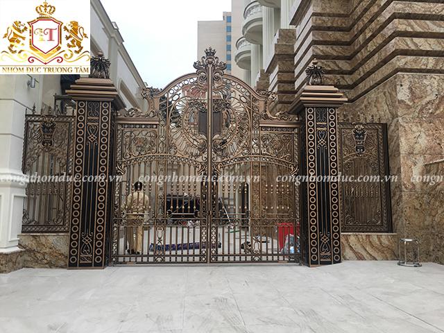 Đừng nghĩ rằng các thiết kế cổng nhôm hợp kim chỉ phù hợp với kiến trúc cổ điển. Đây là thiết kế cổng hiện đại được rất nhiều gia đình lựa chọn.