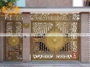Cổng nhôm đúc nghệ thuật được thiết kế theo phong cách châu Âu cổ điển với những đường nét vô cùng cuốn hút.