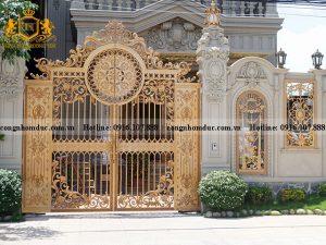 Mẫu cổng phù hợp với kiến trúc cổ điển. Họa tiết - hoa văn có sự kết hợp hài hòa với nhau đem đến nét đẹp độc đáo cho mặt tiền.