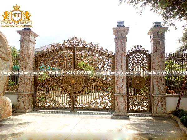 Chẳng cần phải quá cầu kỳ, bộ cổng biệt thự này khiến bất kỳ ai nhìn thấy cũng phải xao xuyến