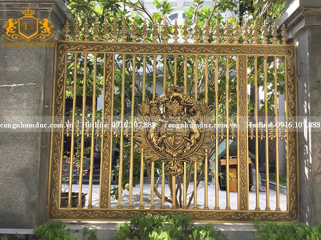 Hàng rào nhôm đúc phù điêu dành cho những ngôi nhà sang trọng như lâu đài, biệt thự, nhà vườn. Vẻ đẹp sang trọng, đăntg cấp là khó có thể phủ nhận được.