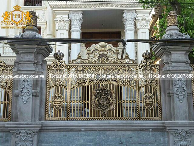 Hàng rào phù điêu luôn là sự lựa chọn yêu thích dành cho các căn biệt thự, lâu đài.