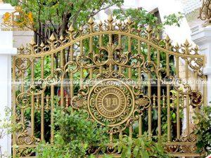 Không phải ngẫu nhiên mà hàng rào nhôm đúc nhận được sự yêu thích của các gia đình. Nó sở hữu những ưu điểm nổi bật về độ bền cũng như tính thẩm mỹ.