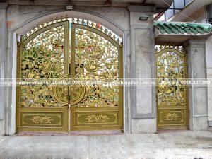 Cổng nhôm đúc hoa sen đẹp - sang trọng, thuần khiết nơi cửa phật.